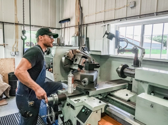 Machining crosshead threads for piston